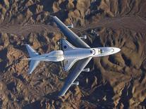 <p>Lo space shuttle Endeavour, trasportato da un Boeing 747 verso il Kennedy Space Center. La foto è stata scattata il 10 dicembre 2008. REUTERS/NASA-Carla Thomas/Handout</p>