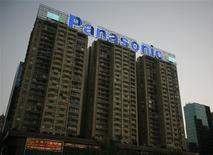 <p>Un letrero de luces con el logo de Panasonic es visto sobre un edificio en Hong Kong, 4 feb 2009. La japonesa Panasonic Corp, líder mundial en pantallas de plasma, advirtió el miércoles que sufrirá una pérdida anual de 4.200 millones de dólares y anunció que recortará 15.000 empleos frente a una menor demanda y la fortaleza del yen. REUTERS/Bobby Yip (CHINA)</p>