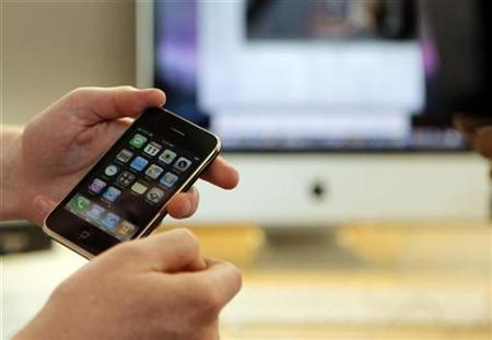 An Apple iPhone 3G at an Apple Store in Boston, Massachusetts July 11, 2008. REUTERS/Brian Snyder