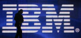 <p>Foto de archivo de un trabajador cruzando frente a un logo de la compañía IBM durante la feria de la industria tecnológica realizada en Hanover, Alemania, 1 mar 2008. La compañía de servicios tecnológicos IBM se aliará con Google Inc en un software para trasladar datos de dispositivos médicos remotos hacia Google Health y otros registros personales de salud (PHRs, por su sigla en inglés), informó el jueves IBM. REUTERS/Hannibal Hanschke</p>