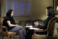 """<p>Fotografía publicitaria de Nadya Suleman (izquierda), madre de octillizos, al ser entrevistada por Ann Curry para el """"The Today Show"""" de la cadena NBC, 6 feb 2009. La madre estadounidense de unos octillizos dijo en fragmentos de una entrevista transmitidos el viernes que sus ocho bebés fueron el producto de seis embriones implantados, el mismo procedimiento que fue utilizado para concebir a sus primeros hijos. REUTERS/Paul Drinkwater/NBC/Handout</p>"""