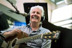 <p>British musician Graham Nash performs for a satellite radio show to promote his new retrospective boxed set in New York January 29, 2009. REUTERS/Lucas Jackson</p>