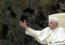 <p>Pope Benedict XVI waves to the faithful as he celebrates his weekly general audience in Paul VI Hall at the Vatican, February 4, 2009. REUTERS/Alessandro Bianchi</p>