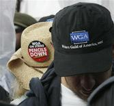 <p>Il logo del Writers Guild of America su un cappello REUTERS/Fred Prouser</p>