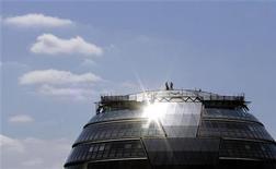 <p>Operai installano un pannello fotovoltaico. REUTERS/Alessia Pierdomenico</p>