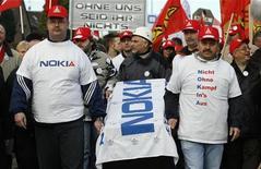 <p>Immagine d'archivio di una manifestazione di lavoratori in una fabbrica tedesca di Nokia. REUTERS/Ina Fassbender (GERMANY)</p>