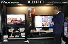 <p>Uno stand con in mostra dei televisori al plasma Pioneer a Tokyo . REUTERS/Toru Hanai (JAPAN)</p>