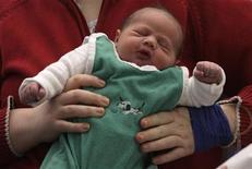 <p>Un neonato in un'immagine d'archivio. REUTERS/Tobias Schwarz</p>