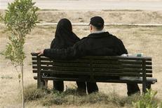 <p>Dans un parc à Bagdad. Profitant d'une paix relative et d'une certaine évolution des mentalités après cinq ans de violence, les amoureux de Bagdad goûtent timidement aux joies de la Saint-Valentin en se tenant par la main dans les parcs ou en échangeant des cadeaux. /Photo prise le 14 février 2009/REUTERS/Saad Shalash</p>