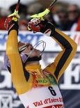 <p>La tedesca Maria Riesch gioisce dopo aver vinto la gara di slalom femminile valevole per la Coppa del Mondo di sci oggi a Val d'Isere, in Francia. REUTERS/Denis Balibouse (FRANCE)</p>