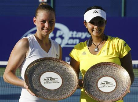 Russia's Vera Zvonareva (L) and India's Sania Mirza hold up their Pattaya Women's Open tennis tournament trophies after the final match February 15, 2009.  REUTERS/Chaiwat Subprasom