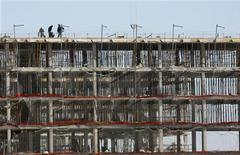 <p>La compraventa de viviendas sufrió un descenso del 28,6 por ciento interanual en 2008 como consecuencia del pinchazo de la burbuja inmobiliaria, según los datos divulgados el lunes por el Instituto Nacional de Estadística (INE). En esta imagen de archivo, trabajadores sobre un edificio en construcción en Sevilla, el 20 de noviembre de 2008. REUTERS/Marcelo del Pozo</p>