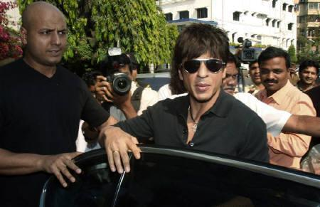 Bollywood actor Shah Rukh Khan (C) arrives at the Breach Candy hospital in Mumbai February 16, 2009. Khan underwent surgery at a city hospital on Monday and doctors said the film star would not be able to work for at least a month. REUTERS/Punit Paranjpe