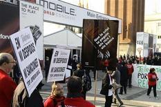 <p>Dipendenti di Telefonica protestano al ingresso del Mobile World Congress di Barcellona. REUTERS/Gustau Nacarino</p>