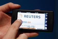 <p>La navigazione Web via telefonino REUTERS/Albert Gea</p>