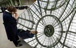 <p>Un visitatore al Grand Palais. REUTERS/Charles Platiau</p>