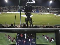 <p>Le tribunal de commerce de Paris a interdit lundi la vente exclusive de la chaîne Orange Sport aux abonnés ADSL de France Télécom et a enjoint l'opérateur à fournir à la concurrence la chaîne qui diffuse des matches de la Ligue 1 de football. Cette décision est plutôt vue d'un bon oeil par les analystes, réservés sur la rentabilité des investissements en contenus exclusifs. /Photo d'archives/REUTERS/Régis Duvignau</p>