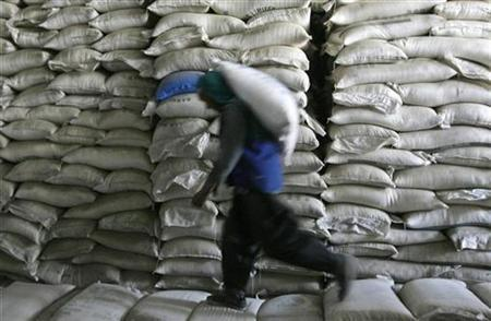 An Afghan worker unloads a sack of flour at a market in Kabul September 21,2008. REUTERS/Omar Sobhani