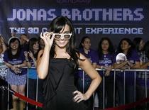 """<p>Demi Lovato, una de las protagonistas de la película, posa con un par de anteojos 3D en el preestreno mundial de """"Jonas Brothers: The 3D Concert Experience"""", en Hollywood. Febrero 24, 2009. REUTERS/Mario Anzuoni</p>"""