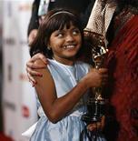 """<p>Rubina Ali de la cinta """"Slumdog Millionaire"""" sostiene el premio Oscar al mejor director de Danny Boyle durante la fiesta oficial realizada por la compañía Fox para la película y """"The Wrestler"""", Hollywood, EEUU, 22 feb 2009. Dos de los principales actores infantiles de """"Slumdog Millionaire"""" recibirán nuevas viviendas de parte de las autoridades indias, luego de que la cinta de bajo presupuesto arrasara en los Oscar llevándose ocho premios. REUTERS/Mario Anzuoni</p>"""