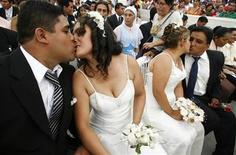 <p>Молодожены целуются в День всех влюбленных в Лиме 14, 2009. Сохранение брака безопаснее для окружающей среды, чем развод, поскольку после разрыва бывшие супруги начинают вести более расточительный образ жизни, заявил во вторник австралийский сенатор Стив Филдинг. REUTERS/Enrique Castro-Mendivil</p>