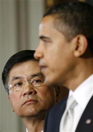President Barack Obama nominates Washington Governor Gary Locke to become commerce secretary in Washington February 25, 2009. REUTERS/Kevin Lamarque