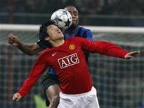 <p>Brasileiro Maicon, da Inter de Milão, disputa bola com sul-coreano Park, do Manchester United, em jogo da Liga dos Campeões. REUTERS/Stefano Rellandini</p>