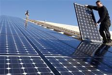 <p>Operai installano dei pannelli solari in Francia. REUTERS/Vincent Kessler (FRANCE)</p>