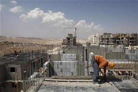 A labourer works on a construction site on the West Bank Jewish settlement of Maale Adumim August 26, 2008. REUTERS/Baz Ratner