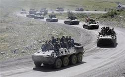 <p>Колонна российских бронетранспортеров в Южной Осетии 24 августа 2008 года. Россия подарит Палестинской национальной администрации 50 бронетранспортеров, два гражданских вертолета, продовольствие и медикаменты, сообщил представитель Кремля. REUTERS/Denis Sinyakov</p>