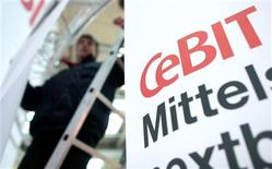 <p>A CeBit, maior feira européia de tecnologia, quer atrair os clientes empresariais, preocupados com custos, por meio de softwares que ajudam empresas a lidarem com a recessão, embora a feira mesma esteja sofrendo uma hemorragia de expositores.</p>