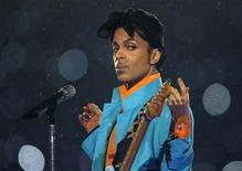 <p>Prince performs during the halftime show of the NFL's Super Bowl XLI football game between the Chicago Bears and the Indianapolis Colts in Miami, Florida February 4, 2007. REUTERS/Mike Blake</p>
