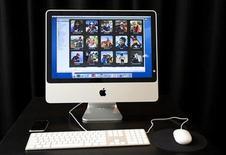 <p>Foto de archivo del iMac de Apple Inc. mientras es exhibido en la sede de la empresa en Cupertino, California, 7 ago 2007. La compañía tecnológica estadounidense Apple Inc anunció el martes que actualizó su línea de computadoras personales de escritorio iMac y Mac Mini, los que tendrán precios a partir de los 599 dólares. REUTERS/Kimberly White</p>