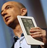 <p>A Amazon.com está distribuindo um aplicativo que permite que os usuários de iPhones e iPods Touch, produzidos pela Apple, acessem em seus aparelhos livros eletrônicos disponívels para o Kindle, lançado pela gigante do varejo online.</p>