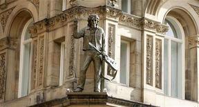 <p>Статуя солиста Beatles Джона Леннона на фасаде отеля Hard Days Night в Ливерпуле 1 февраля 2008 года. Один из университетов Ливерпуля ввел степень магистра искусств в области изучения творчества легендарного квартета The Beatles, назвав ее первой в своем роде. REUTERS/Phil Noble</p>