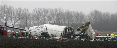 <p>Спасатели работают на месте крушения самолета авиакомпании Turkish Airlines в амстердамском аэропорту Схипхол 25 февраля 2009 года. Падение турецкого самолета в Амстердаме на прошлой неделе было вызвано неисправностью высотомера, сообщил в среду Голландский совет по безопасности. REUTERS/Robin Van Lonkhuijsen/United Photos</p>