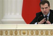 <p>Президент РФ Дмитрий Медведев на совещании в Кремле 4 марта 2009 года. Президент России Дмитрий Медведев, которого большинство населения считает ведомым в дуэте во главе с популярным премьером Владимиром Путиным, попытался создать собственную элиту, позвав туда молодых интеллектуалов, посулив карьеру и пообещав честную игру. REUTERS/Natalia Kolesnikova/Pool</p>
