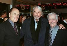 """<p>AImagen de archivo de los actores Robert Duvall (izq) y Gregory Peck (centro ) y el guionista Horton Foote en el estreno de """"To Kill a Mockingbird"""" de 1962 en el aniversario número 35 de la película, en Beverly Hills, 2 marzo 1998. Horton Foote, cuyas obras teatrales y guiones sobre los deseos y las luchas diarias de los habitantes de una pequeña ciudad le granjearon dos premios de la Academia, un Emmy y un Pulitzer, murió a los 92 años. REUTERS/Fred Prouser</p>"""