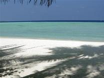 <p>Пляж на мальдивском острове Олхувели 15 февраля 2009 года. Четырехлетний житель Тайваня выиграл в лотерею право четыре месяца пользоваться белыми песчаными пляжами и голубой водой одного из необитаемых тропических островов в Тайваньском проливе. REUTERS/Charles Platiau</p>