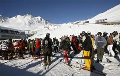 <p>Skiers queue for a ride with a chair lift at the Swiss mountain resort of Davos in this December 30, 2008 file photo. REUTERS/Arnd Wiegmann/Files</p>