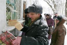 <p>Russi in coda per acquistare pane da un forno industriale a Stavropol. REUTERS/Eduard Korniyenko (RUSSIA)</p>