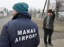 <p>Люди разговаривают на улице в деревне Манас, рядом с американской военной базой, 20 февраля 2009 года Киргизия, закрывшая в феврале военную авиабазу США, в пятницу завершила формальности, аннулировав соглашения с другими странами-членами международной антитеррористической коалиции. REUTERS/Shamil Zhumatov (KYRGYZSTAN)</p>