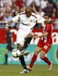 <p>O jogador do Sevilla Frederic Kanoute faz gol contra o Almeria no Campeonato Espanhol em Sevilha, no dia 8 de março de 2009. REUTERS/Marcelo del Pozo (ESPANHA)</p>