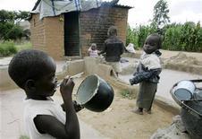 <p>Oms: sale, zucchero e acqua per evitare strage bimbi per diarrea. REUTERS/Philimon Bulawayo</p>