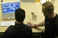 <p>Due utenti al computer. REUTERS</p>
