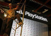 <p>Un operaio allestisce la postazione della Playstation al Games Show di Taipei. REUTERS/Nicky Loh (TAIWAN)</p>