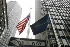 <p>Una bandiera di JP Morgan Chase vicino alla sede di Bear Stearns a New York. REUTERS/Lucas Jackson</p>