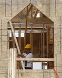 <p>A construction worker frames a house at a new home development in Ottawa July 9, 2008. REUTERS/Chris Wattie</p>