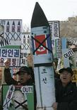 <p>Акция протеста против испытаний ракет КНДР в Сеуле 17 февраля 2009 года. Северная Корея намерена запустить спутник, однако власти США и Южной Кореи полагают, что это станет испытанием баллистической ракеты дальнего радиуса действия. REUTERS/Jo Yong-Hak</p>