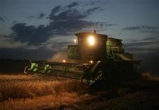 <p>Комбайн собирает урожай пшеницы на одном из полей возле Ставрополя 25 июля 2008 года. Новым министром сельского хозяйства России назначена Елена Скрынник, ранее руководившая госкомпанией Росагролизинг, говорится на сайте президента РФ. REUTERS/Eduard Korniyenko</p>